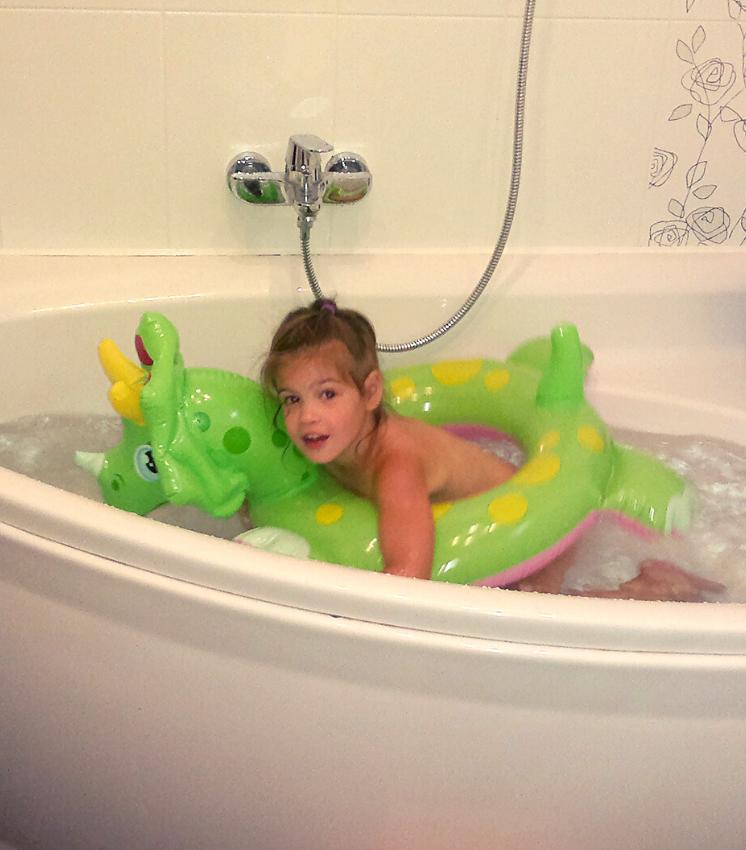 Девочка в ванной с кругом