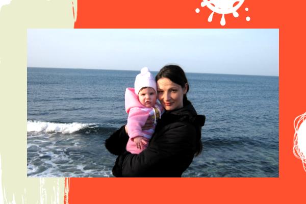 Мать и ребёнок на фоне моря