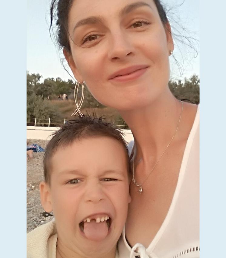 Смешной мальчик с мамой